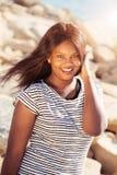Härlig ung flicka som ler i natur Arkivfoton