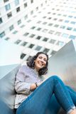 Härlig ung flicka som ler utomhus arkivbild