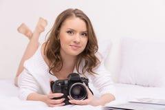 Härlig ung flicka som ligger i säng Arkivbild