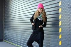 Härlig ung flicka som poserar för garagedörrar Arkivbild