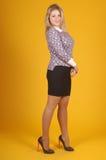 Härlig ung flicka som poserar på en gul bakgrund Royaltyfri Fotografi