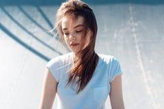 Härlig ung flicka som poserar på lekplatsen royaltyfri bild