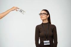 Härlig ung flicka som ser pengar Över vitbakgrund Royaltyfri Bild