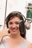 Härlig ung flicka som sjunger i musikstudio Royaltyfria Foton