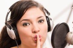 Härlig ung flicka som sjunger i musikstudio Royaltyfri Bild