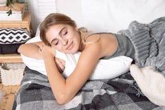 Härlig ung flicka som sover i sovrummet royaltyfri foto