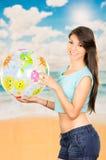 Härlig ung flicka som spelar med strandbollen Fotografering för Bildbyråer