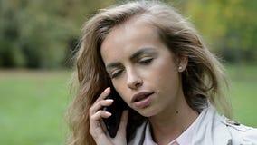 Härlig ung flicka som talar på telefonen stock video