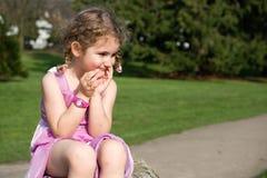 Härlig ung flicka som ut ser på parkera Royaltyfria Bilder