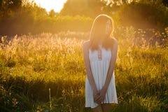 Härlig ung flicka som utomhus går i aftonen arkivfoto