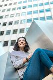 Härlig ung flicka som utomhus ler kopiera avstånd royaltyfri fotografi