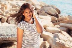 Härlig ung flicka vid havet Royaltyfria Bilder