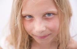 Härlig ung flickaframsida med heatdrops Royaltyfri Foto