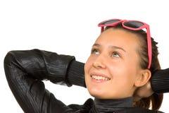 härlig ung flickasolglasögon arkivbild