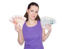 Härlig, ung glad kvinna som rymmer ett stort antal banknot Royaltyfria Bilder