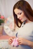 Härlig ung gravid kvinna, brunett Arkivbild