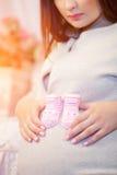 Härlig ung gravid kvinna, brunett Arkivfoto