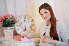 Härlig ung gravid kvinna, brunett Arkivbilder