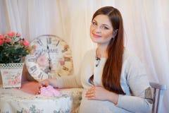 Härlig ung gravid kvinna, brunett Royaltyfri Fotografi