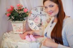Härlig ung gravid kvinna, brunett Royaltyfri Bild