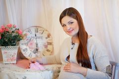 Härlig ung gravid kvinna, brunett Fotografering för Bildbyråer