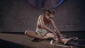 Härlig ung gymnastkvinna som poserar med gymnastikbandet stock video