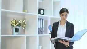 Härlig ung hållande mapp för affärskvinna i ljust kontor på kontoret stock video