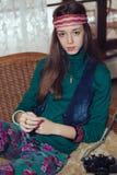 Härlig ung hippie för tonårs- flicka som poserar i rum Arkivbilder