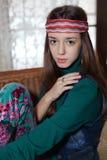 Härlig ung hippie för tonårs- flicka som poserar i rum Royaltyfri Bild