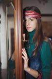 Härlig ung hippie för tonårs- flicka som ser kameran Arkivfoto