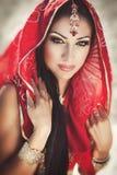 Härlig indisk kvinnabellydancer. Arabisk brud Arkivbilder