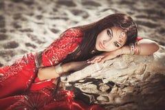 Härlig indisk kvinnabellydancer. Arabisk brud Arkivfoto