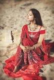 Härlig indisk kvinnabellydancer. Arabisk brud royaltyfria foton