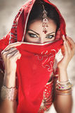 Härlig indisk kvinnabellydancer. Arabisk brud arkivbild