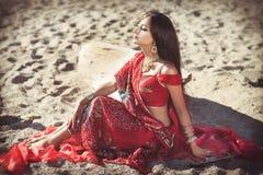 Härlig indisk kvinnabellydancer. Arabisk brud royaltyfri fotografi