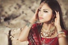 Härlig indisk kvinnabellydancer. Arabisk brud arkivfoton