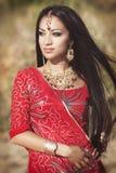 Härlig indisk kvinnabellydancer. Arabisk brud royaltyfri foto