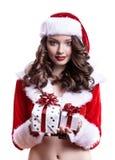 Härlig ung jultomtenflicka med gåvor på vit bakgrund royaltyfria foton