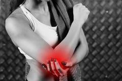Härlig ung konditionkvinnakänsla smärtar Arkivbild