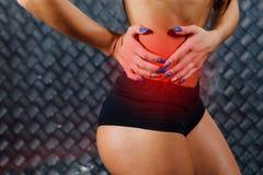 Härlig ung konditionkvinnakänsla smärtar Royaltyfri Bild