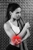 Härlig ung konditionkvinnakänsla smärtar Royaltyfria Bilder
