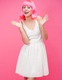 Härlig ung kvinna över rosa bakgrund Arkivfoton