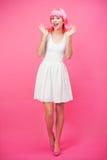 Härlig ung kvinna över rosa bakgrund Royaltyfri Bild