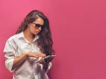 Härlig ung kvinna för glamour i en vit skjorta i exponeringsglas med Royaltyfria Foton