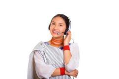 Härlig ung kvinna för Headshot som bär den traditionella andean sjalen, den röda halsbandet och hörlurar med mikrofon, påverkande Royaltyfria Bilder