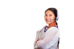 Härlig ung kvinna för Headshot som bär den traditionella andean sjalen, den röda halsbandet och hörlurar med mikrofon, påverkande Arkivbilder