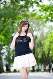 Härlig ung kvinna för stående på grön bakgrund Arkivbild
