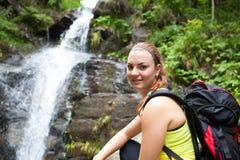 Härlig ung kvinna/flicka i naturligt/nationalpark Arkivfoto