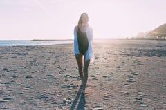 Härlig ung kvinna i baddräkt på stranden Fotografering för Bildbyråer