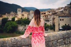 Härlig ung kvinna i Besalu, Spanien Arkivbilder